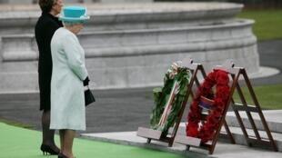 Elisabeth II, la reine d'Angleterre, et la présidente d'Irlande, Mary McAleese, se recueillent lors d'une cérémonie en hommage aux victimes de la guerre d'indépendance, le 17 mai 2011.