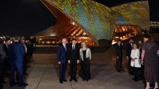Emmanuel Macron aux côtés du Premier ministre australien Malcom Turnbull et de sa femme devant l'opéra de Sydney le 1er mai 2018.