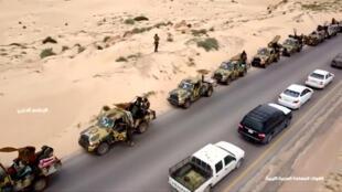 Colonne de véhicules militaires le long d'une route en Libye, le 4 avril 2019.
