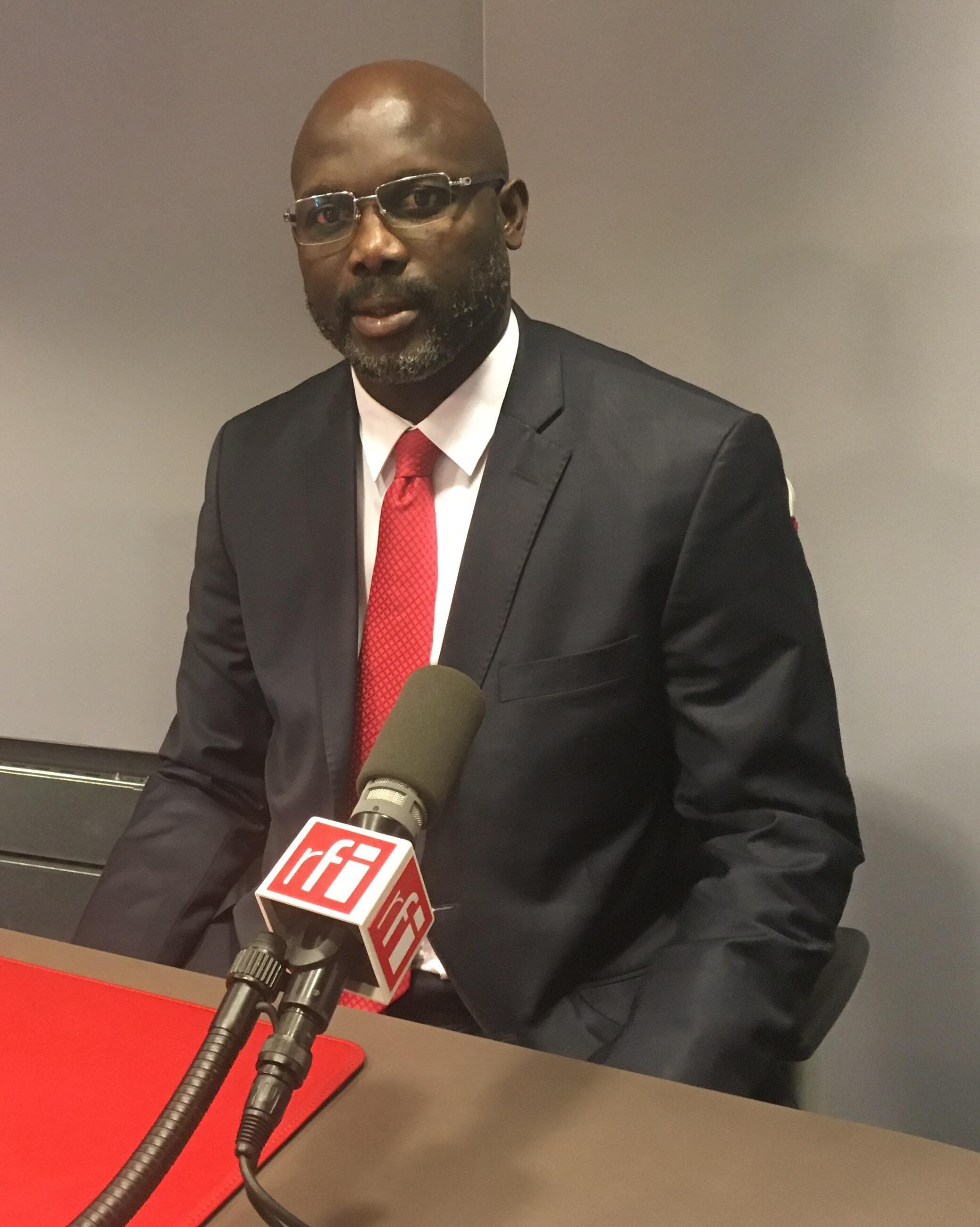 George Weah, sénateur libérien et candidat au scrutin présidentiel 2017, dans les studios de RFI, à Paris.