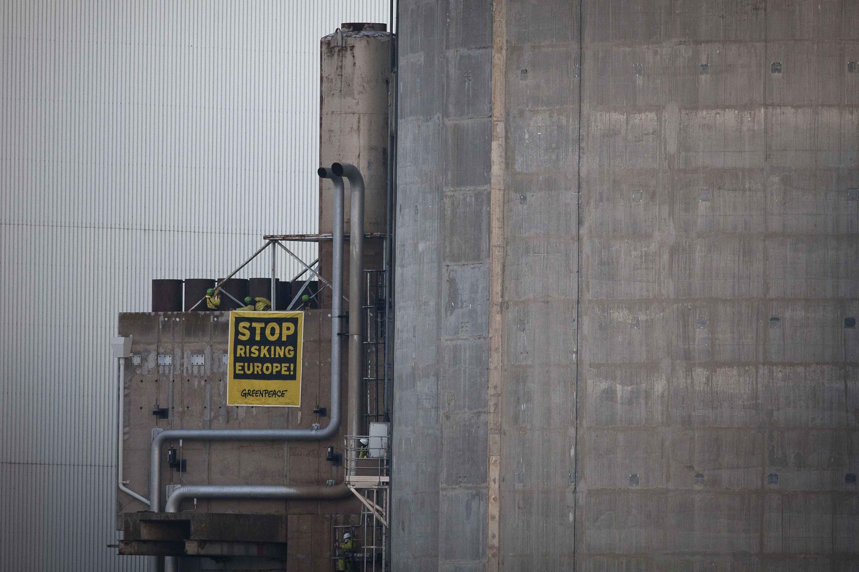 Militantes do Greenpeace instalaram uma bandeira antinuclear na central de Fessenheim, no leste da França, nesta terça-feira 18 de março.
