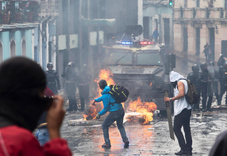 O pais vive desde quinta-feira uma greve dos transportes e protestos contra o forte aumento de até 123% nos preços dos combustíveis.