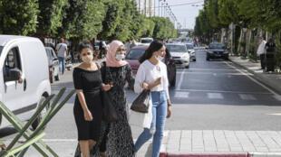 Des femmes marchant sur l'avenue Habib Bourguiba à Tunis, le 4 octobre 2020.