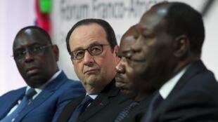 De gauche à droite : les présidents sénégalais (Macky Sall), français (François Hollande), gabonais (Ali Bongo) et ivoirien (Alassane Ouattara) lors du Forum franco-africain à Paris, le 6 février 2015.