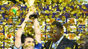Le vétéran Ahmed Hassan brandit la Coupe d'Afrique des nations pour la quatrième fois de sa carrière. Un record.