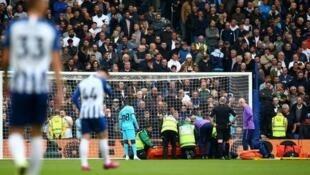 Golikipa wa Tottenham Hotspurs Hugo lloris akitolewa nje ya uwanja baada ya kupata jeraha la mkono katika mchezo wa ligi kuu dhidi ya Brighton