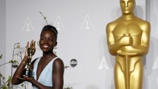 """Lupita Nyong'o, comemora o Oscar de melhor atriz coadjuvante por """"12 anos de escravidão"""""""