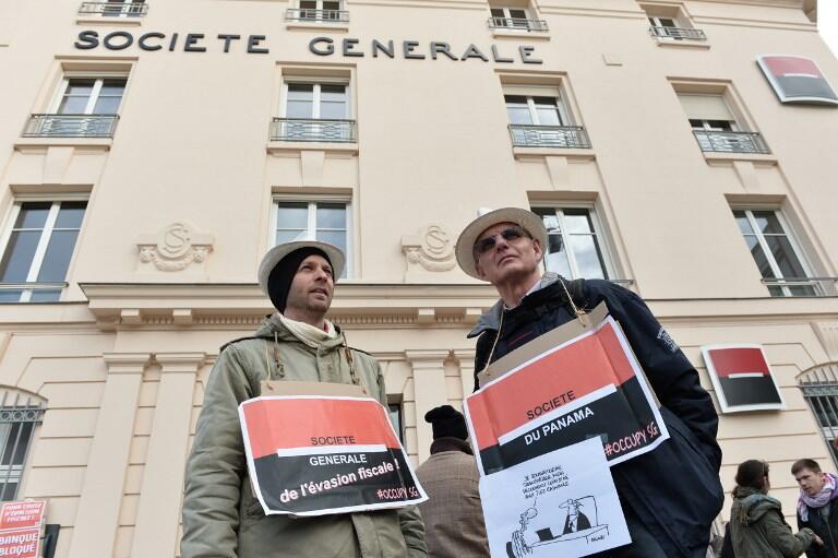 Активисты у офиса банка Société Générale во французском городе Ле-Мане, 12 апреля 2016.