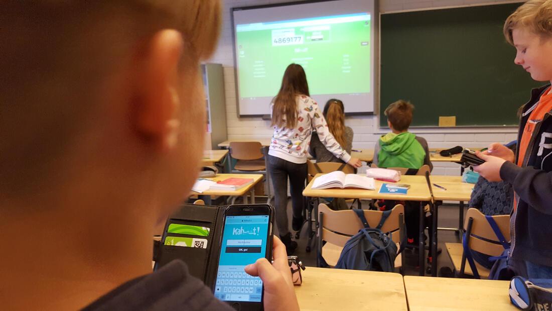 Dans un collège d'Espoo, en banlieue de Helsinki, les élèves finlandais utilisent leur smartphones pour répondre à des tests.