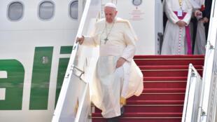 教皇方济各抵达仰光国际机场,2017年11月27日。
