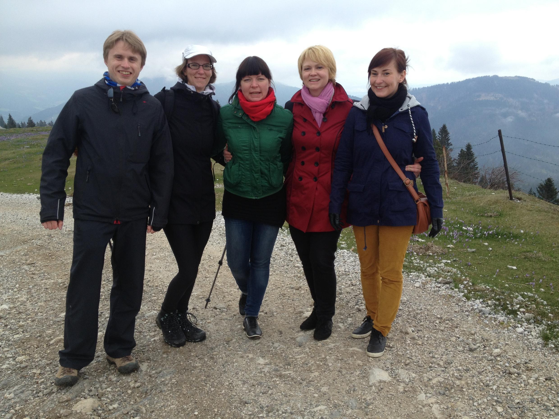 Lara (casquette) a initié ses amis Lettons aux joies de la rando à Velika Planina.