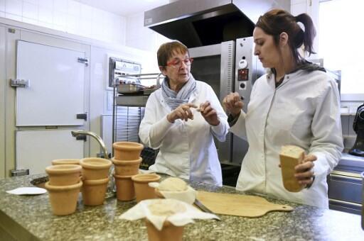 A chef francesa Nadia Sammut (dir.) e sua mãe (esq.). Ex-química, ela prepara pão sem glúten na cozinha do Auberge La Fenière, em Lourmarin, o primeiro restaurante gourmet francês 100% sem glúten. 18/02/16