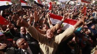 Um ano após a queda de Moubarak, egípcios pedem que militares deixem o poder.