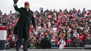 Donald Trump arrive sur scène lors d'un meeting dans le Michigan le 1er novembre 2020.