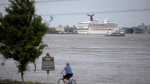 Le navire de croisière Carnival Valor, amarré dans son port d'attache de la Nouvelle-Orléans, en Louisiane, aux États-Unis, en pleine épidémie, le 12 avril 2020.
