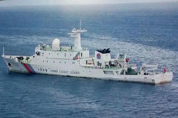 Tàu hải cảnh Trung Quốc thả neo tại Luconia Shoals, Biển Đông.