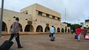 Des voyageurs se rendent à l'aéroport de Bobo Dioulasso, au Burkina Faso (image d'illustration)