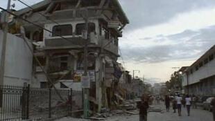 Dans une rue de Port-au-Prince après le tremblement de terre.