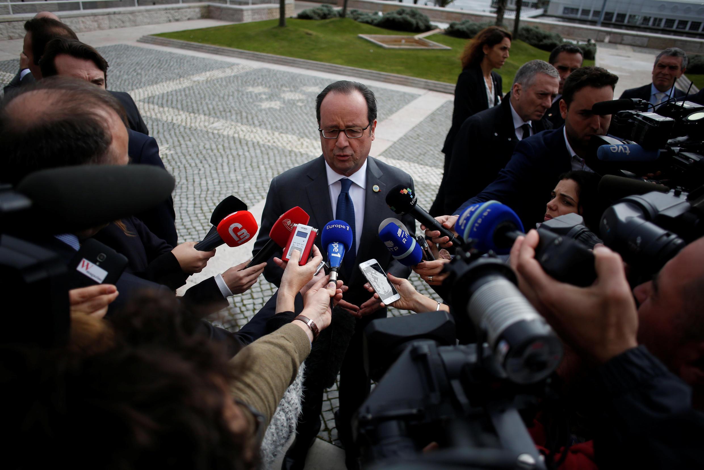 O presidente francês, François Hollande, responde aos jornalistas durante a cúpula dos países do sul da Europa em Lisboa