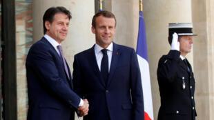O Presidente francês Emmanuel Macron com o chefe do governo italiano Giuseppe Conte no Eliseu neste 15 de Junho.