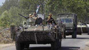Msafara wa kijeshi karibu na jimbo la Donetsk, ambako mapigano yanaendela kushuhudiwa.