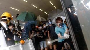 Wasu masu zanga-zanga da kutsa kai Majalisar dokokin yankin na Hong Kong tare da banna kayakin gwamnati