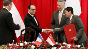Tổng thống Pháp François Hollande và thủ tướng Singapore Lý Hiển Long chứng kiến lễ ký văn bản hợp tác chiến lược giữa hai nước, ngày 27/03/2017.