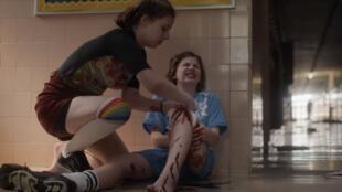 Dans la vidéo de l'ONG Sandy Hook Promise, une nouvelle paire de chaussettes sert par exemple à faire un garrot à une élève blessée par balles.
