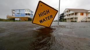 Bảng cảnh báo nước ngập sâu tại thành phố Oak Island, Bắc Carolina, Hoa Kỳ. Ảnh chụp ngày 15/09/2018.