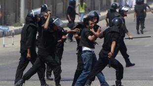 Manifestantes se envolveram em tumultos com a polícia em frente ao tribunal onde acontece o julgamento de Moubarak.