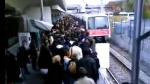 A greve dos transportes perturba a locomoção dos passageiros nesta quinta-feira, 12 de dezembro de 2013.