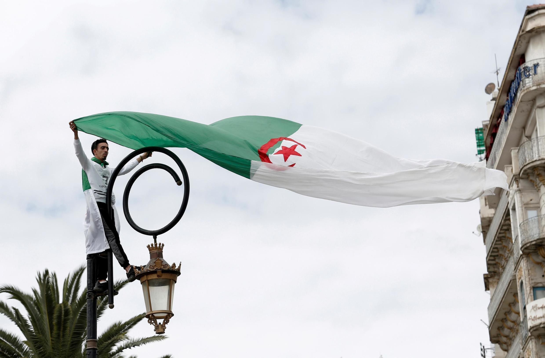 Avec cette révision de la Constitution, le pouvoir algérien estime répondre aux aspirations du Hirak.