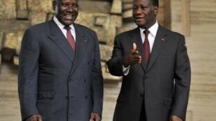 Le président ivoirien, Alassane Ouattara (D) et le Premier ministre ivoirien, Daniel Kablan Duncan (G), au palais présidentiel à Abidjan, après sa nomination le 21 novembre 2012.