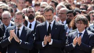 Le roi Felipe VI, le Premier Ministre Mariano Rajoy et du Président de la Generalitat de Catalogne, Carles Puigdemont sont unis lors d'une minute de silence suite à l'attentat de Las Ramblas à Barcelone.