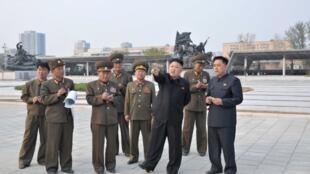 Kim Jong Un tới thăm một đơn vị quân đôi Bắc Triều Tiên ( Ảnh do KCNA công bố ngày 7/5/2013).