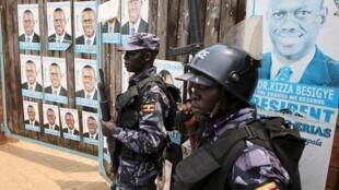 Askari polisi wa Uganda mbele ya mlango wa ofisi ya kiongozi mkuu wa upinzani Kizza Besigye, Kampala, Februari 19, 2016.