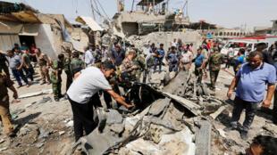 Les forces de sécurité et des civils inspectent les lieux de l'attentat à la voiture piégée, ce lundi 28 août.
