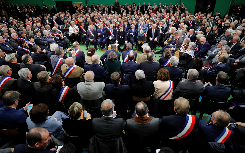 Эмманюэль Макрон в окружении нормандских мэров дает старт общенациональному диалогу, Гран-Буртерульд, 15 января 2018 г.