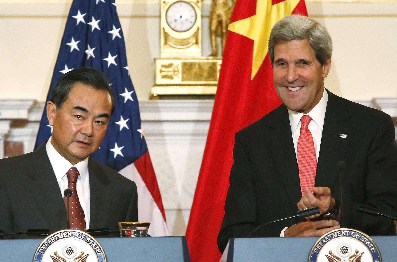Ngoại trưởng Trung Quốc Vương Nghị (T) vui vẻ bên đồng nhiệm Mỹ John Kerry trước cuộc họp song phương tại Bộ Ngoại giao Mỹ ở Washington ngày 19/09/2013.