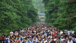 图为中国江苏南京10月4日一个旅游热点的游客拥挤状况