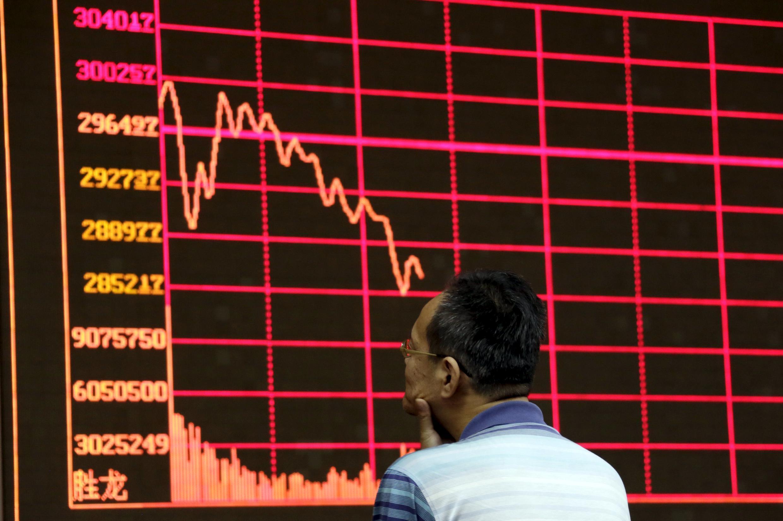 Investidor chinês observa painel eletrônico com informações da Bolsa de Xangai, em Pequim, nesta quarta-feira, 26 de agosto de 2015.