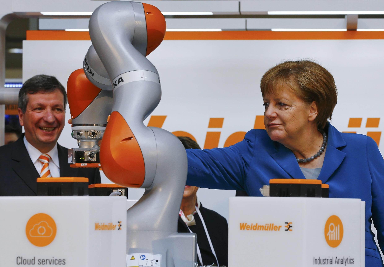 2016年4月25日,德國總理默克爾在漢諾威工業博覽會開幕式上觀看庫卡機器人工作表演。