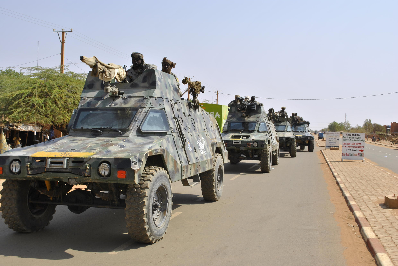 Le départ des colonnes blindées tchadiennes pour la frontière malienne, le 22 janvier 2013.