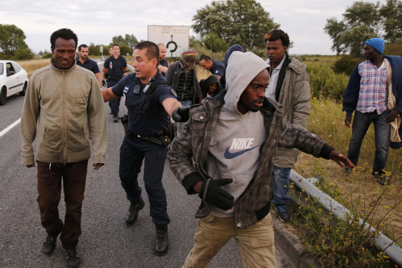 Polícia francesa intercepta migrantes clandestinos perto do acesso ao Eurotúnel, em Calais, na França, em 3 de agosto de 2015.