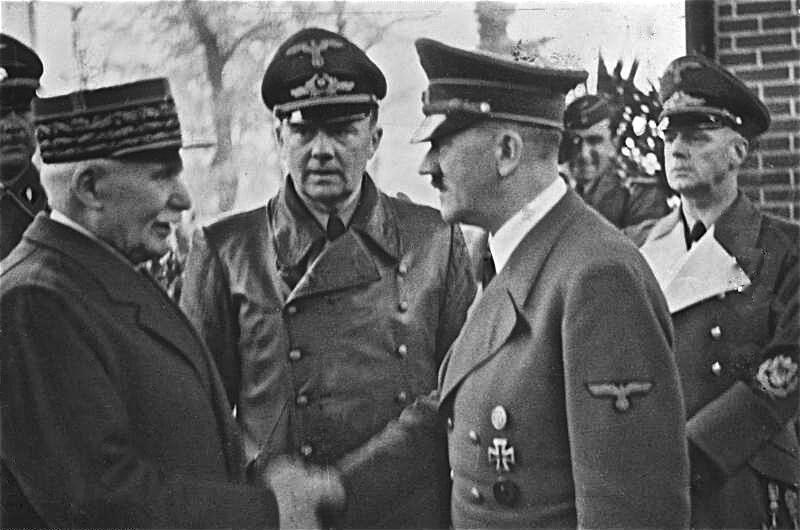 Le maréchal Pétain et Adolf Hitler le 21 juin 1940 dans la clairière de l'Armistice.