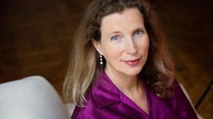 """Portrait de Catherine Cusset qui publie « Trois fois au bout du monde », aux éditions Gallimard dans la collection """"Le sentiment géographique""""."""
