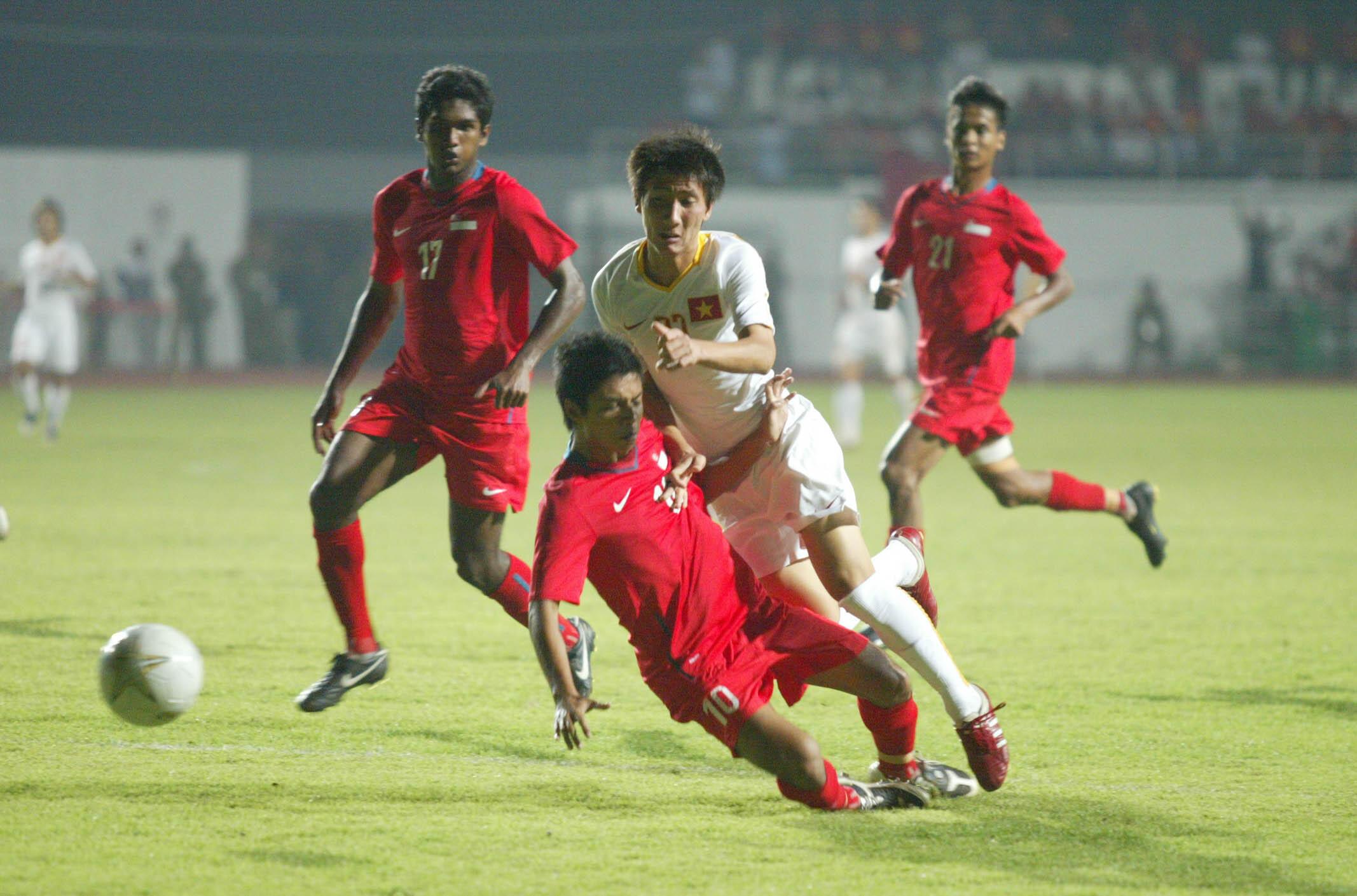 U23 Việt Nam (trắng) gặp Singapore tại Sea Games 25.