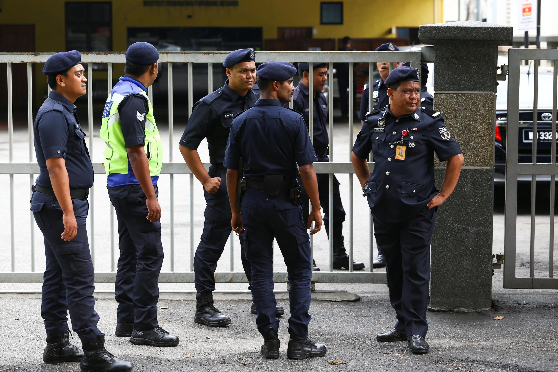 Polícias malaios à frente da morgue do Hospital de Kuala Lumpur, onde se encontra o corpo de Kim Jong Nam, meio irmão do Presidente norte – coreano.