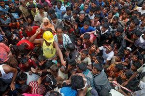 Daruruwan musulmai 'yan kabilar Rohingya ne yanzu haka suka samu matsugunai a wani sansani da ke gab da birnin Cox's Bazar na Bangladesh, September.