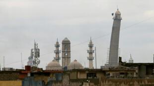 بدنبال تصرف شهر موصل توسط نیروهای گروه دولت اسلامی (داعش)، پرچم سیاه گروه دولت اسلامی بر فراز این مناره برافراشته شد. ارتفاع این مناره ۴۵ متر بود. داعش مناره مسجد نوری را در روز ۲۱ ژوئن تخریب کرد.